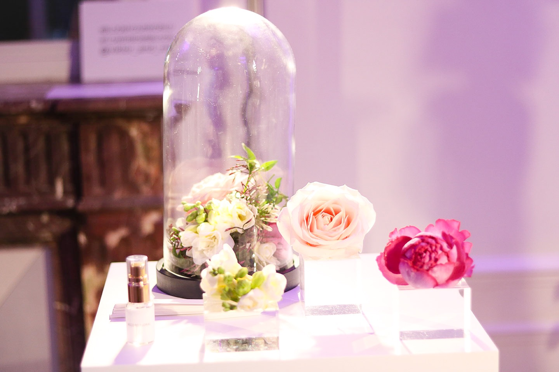 VIKTOR & ROLF FLOWERBOMB BLOOM | Il y a quelques jours, j'ai eu le plaisir d'être invitée par Viktor & Rolf pour le lancement de leur nouveau parfum fruité Flowerbomb Bloom. Petit frère de Flowerbomb sorti en 2005, Flowerbomb Bloom est une nouvelle interprétation printanière, fraîche et gaie aux accents d'agrumes, de rose de Damas et de Jasmin. Les fleurs de Flowerbomb Bloom m'ont inspiré et j'ai eu envie de vous présenter mon interprétation de cette nouvelle fragrance qui célèbre l'arrivée du printemps ! - Cliquez pour découvrir l'article