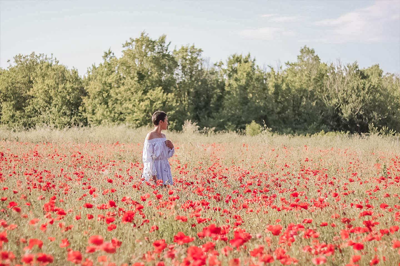 Dans les champs de coquelicots | Look ete 2017, robe épaule découverte, robe été 2017, robe été, robe été facile, robe ete 2017 tendance, robe epaule bardot, robe epaule decouverte - Cliquez pour découvrir l'article