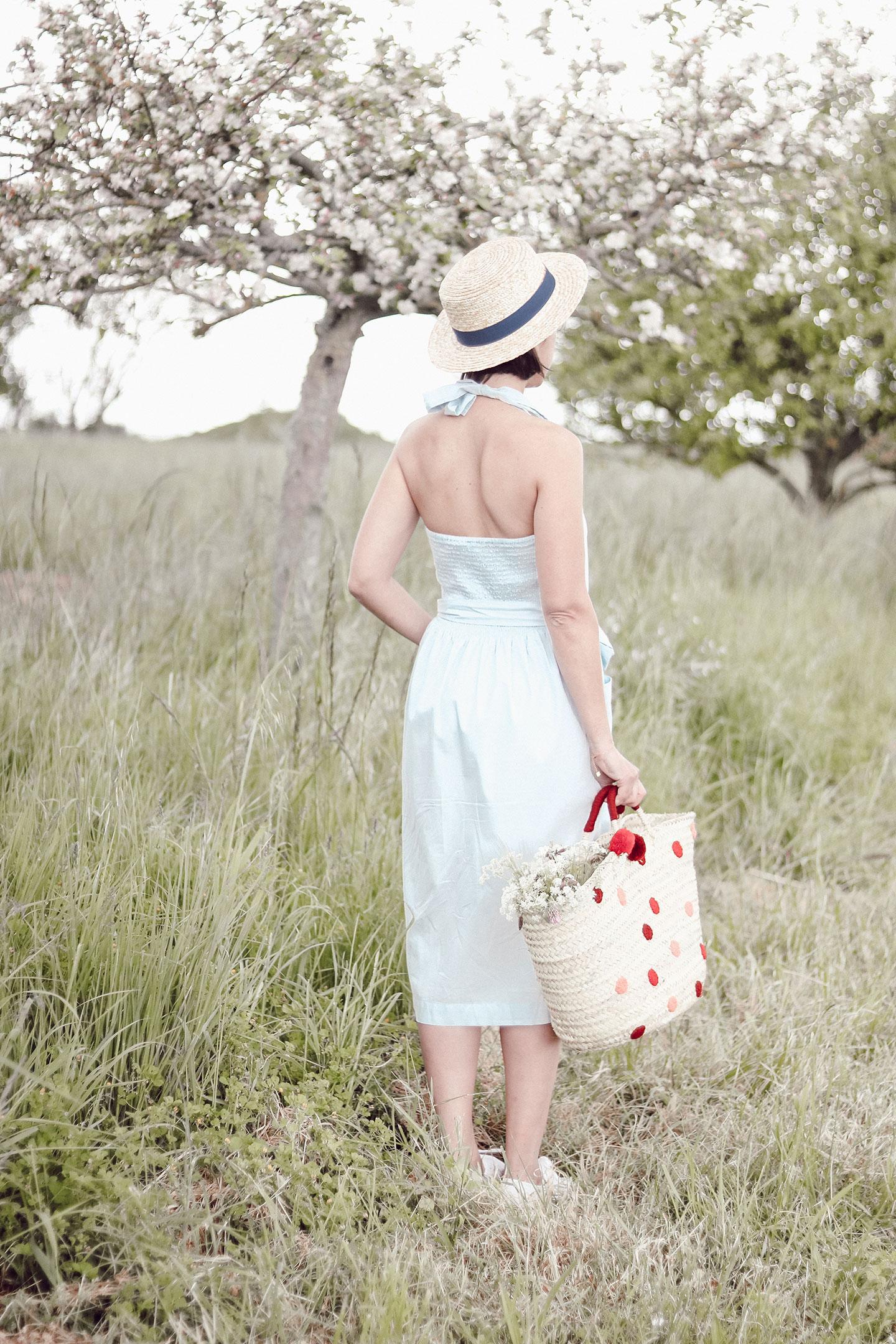 Aujourd'hui je vous retrouve avec un petit look estival et confortable avec cette petite robe rétro aux milieu des pommiers en fleurs d'Oléron. - Cliquez pour découvrir l'article
